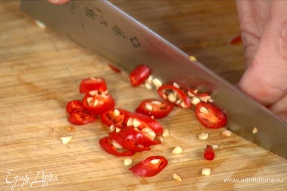Нарезать перец чили, добавить в сковороду.