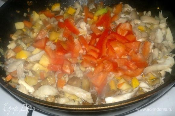 Положить в сковороду перец, продолжать обжаривать 1 минуту.