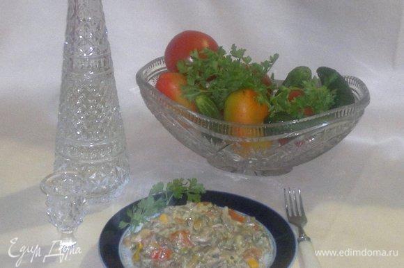 Вешенки с овощами, тушенные в сметане, готовы. Разложить блюдо по тарелкам и подать на красиво сервированный стол.