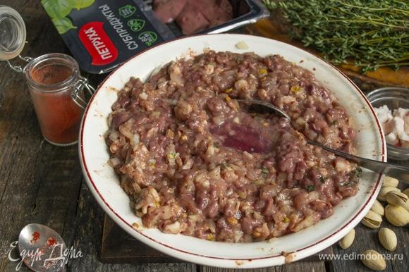 Добавляем коньяк, солим по вкусу, тщательно вымешиваем массу. Можно выложить ее на большую разделочную доску и порубить широким ножом в течение нескольких минут.
