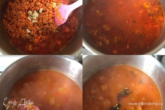 Чечевицу промыть. К овощам добавить чечевицу, оставшийся чеснок, соль, тимьян. Перемешать, потушить минутку, затем залить водой и варить до готовности чечевицы. В конце добавить мяту, перец, лимонный сок. Перемешать и снять с огня.