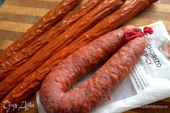 Берем два вида колбасок: обычные копченые и острую чоризо.