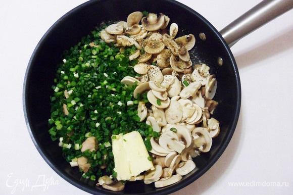 Всыпать в сковороду шампиньоны и зеленый лук. Добавить сливочное масло, соль, черный перец и тимьян. Все аккуратно перемешать, готовить на среднем огне еще 5 минут.