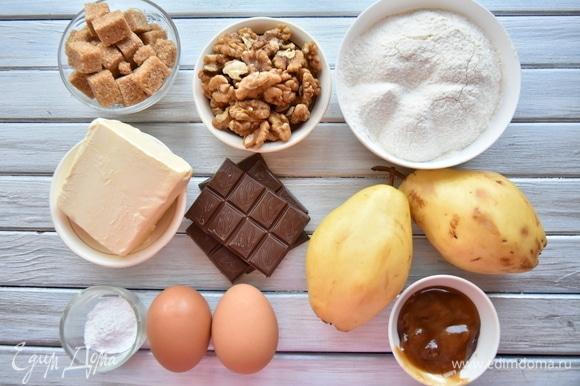 Для приготовления грушевого пирога подготовить набор продуктов. Груши нарезать кубиком, оставив для украшения пирога несколько целых ломтиков. Если груши жесткие, рекомендую снять с них кожуру.