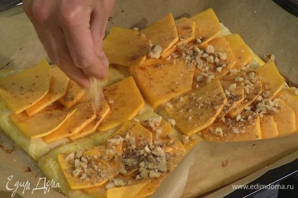 Поставить слойки в духовку, разогретую до 180°C, на 15 минут. Вынуть слойки, украсить сверху дробленым грецким орехом.