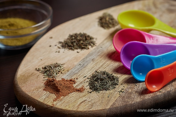 Набор специй для первого этапа включает в себя соль, сахар, хмели-сунели, прованские травы, мускатный орех и водку.