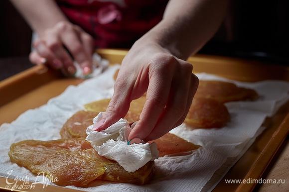 Мясо тщательно обсушить бумажными полотенцами.