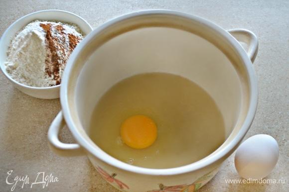 В кастрюле или миске смешайте сахар и растительное масло. По одному добавьте яйца, каждый раз тщательно взбивая. Отдельно смешайте муку, корицу, соль, мускатный орех и разрыхлитель. Частями добавляйте смесь из яиц, сахара и масла в мучную смесь, взбивая миксером.