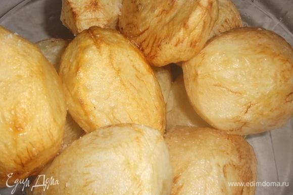 Обжаренный картофель посолить.