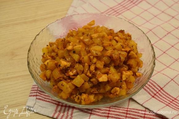 На растительном масле обжарить паприку, куркуму, зиму и кориандр пару минут. Лук мелко нарезать и добавить к специями, обжарить до золотистого цвета. Картофель отварить и нарезать кубиком. К луку добавить мясо, жарить 10 минут. Добавить соль, черный перец и картофель. Обжарить еще около 7–10 минут. Дать начинке остыть.
