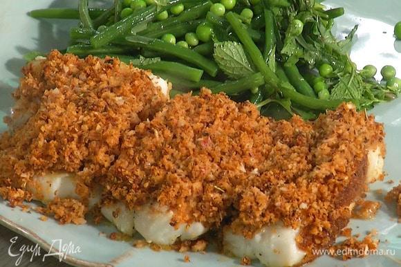 Салат и рыбу выложить на тарелку.
