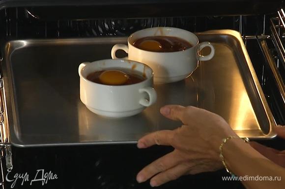 Формы поставить в духовку, предварительно разогретую до 210°С, на 2–3 минуты.
