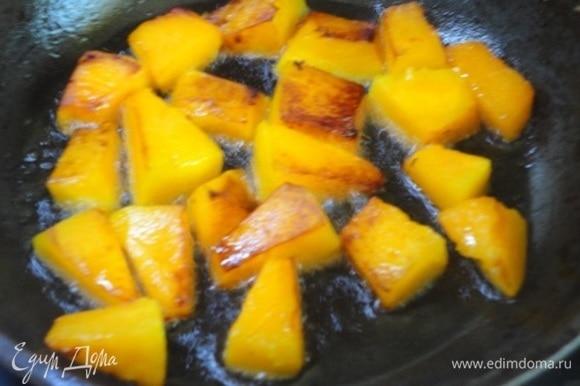 Все овощи, кроме лука, обжарить отдельно в хорошо разогретом масле.