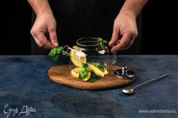 В чайник добавьте мяту, лимон и дольки имбиря.