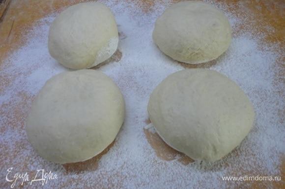 Готовое тесто разделить на 4 части (примерно по 240 г).