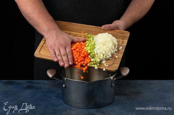 Налейте в кастрюлю растительное масло, добавьте все нарезанные овощи, обжарьте на среднем огне 5 минут.
