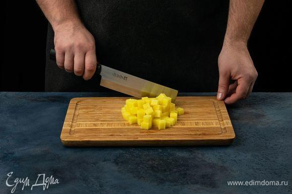 Нарежьте картофель небольшими кубиками.
