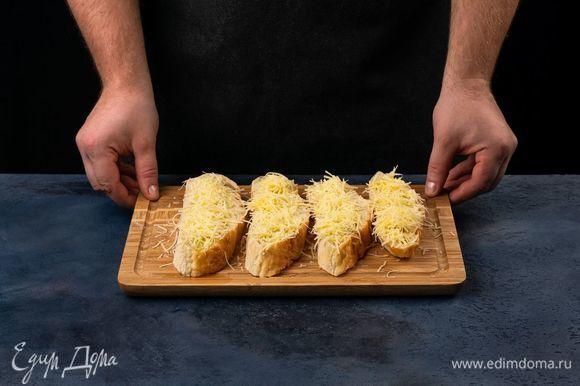 Посыпьте сыром и поставьте в разогретую духовку, подождите, пока сыр подрумянится.