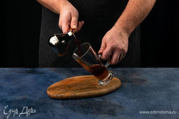 Добавьте горячий кофе, растворите сахар.