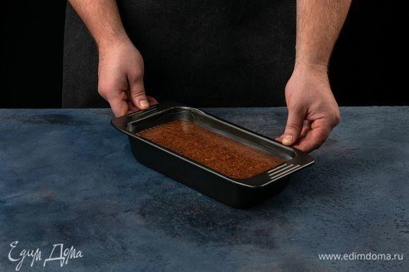 Смажьте форму сливочным маслом и выложите тесто. Выпекайте в духовке, разогретой до 150°С один час.