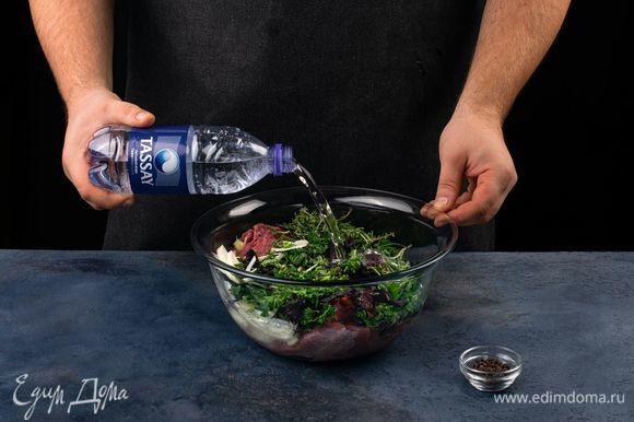 Влейте газированную воду Tassay, поперчите. Накройте пленкой и поставьте мариноваться в холодильник на 1 час.