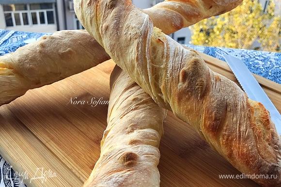 Готовый хлеб достать и полностью остудить на решетке.