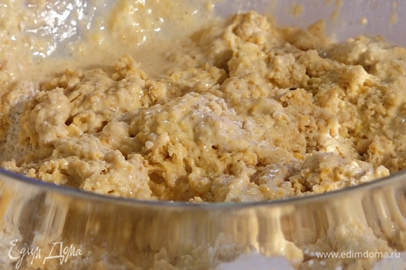 Жидкие ингредиенты влить к сухим, быстро вымешать тесто. По структуре оно должно быть рыхлым.