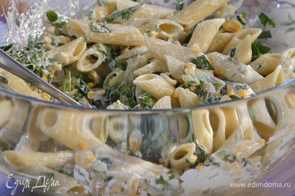 В салат влить готовый соус, перемешать.