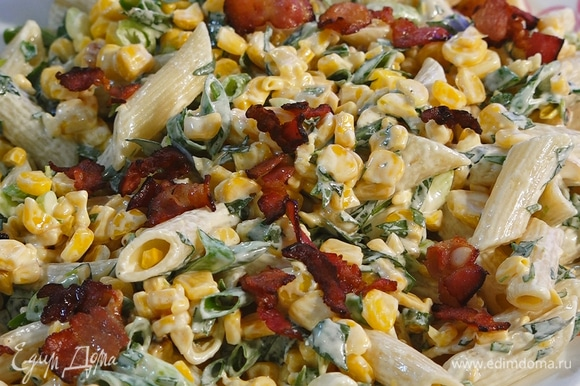 Салат выложить на тарелку, сверху посыпать беконом.