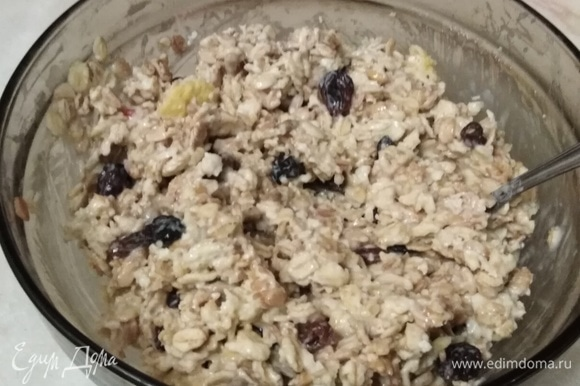 В мюсли влить кефир. Вбить яйцо и добавить сахар. Хорошо перемешать. Оставить набухать смесь на 30–40 минут. Кефир должен полностью впитаться.