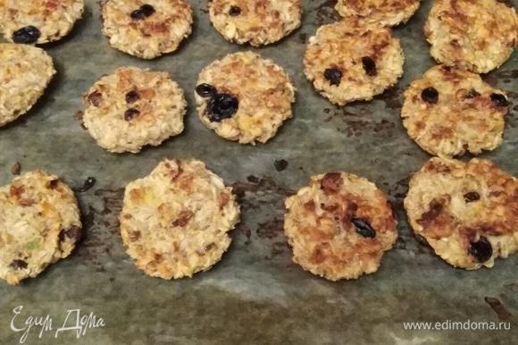 Выпекать печенье при 190°C 12–15 минут с одной стороны и 12–15 минут с другой. Приятного аппетита!