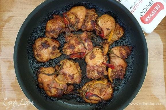 Запекаем курицу на режиме конвекции в течение 20 минут.