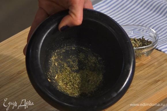 В ступке растереть семена фенхеля и чеснок. Добавить соль, перец и оливковое масло. Все перемешать.