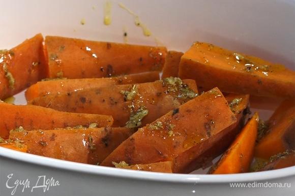 В форму для запекания выложить батат, полить сверху смесью фенхеля с маслом. На батат выложить свежий тимьян.