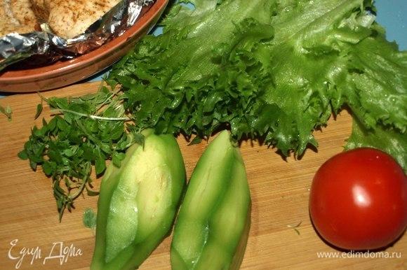 Пока филе отдыхает, подготовить другие продукты. Авокадо очистить и удалить косточку. Помидор и салат промыть, дать стечь воде. Помидор нарезать тонкими дольками. Базилик мелко порвать руками.