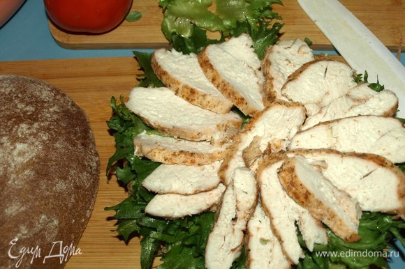 Сверху на салат выкладываем курицу.