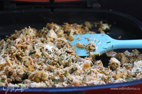 Когда лук с чесноком обретут золотистый оттенок, введите измельченную курицу, 0,5 ч. л. соли (по вкусу) и паприку. Перемешайте. Переместите смесь в миску, добавьте сливочный сыр и мелко нарезанную петрушку. Тщательно перемешайте.
