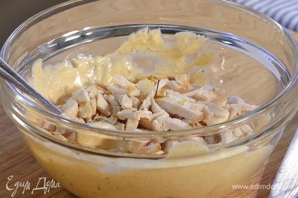 К майонезу добавить измельченное куриное филе, перемешать.