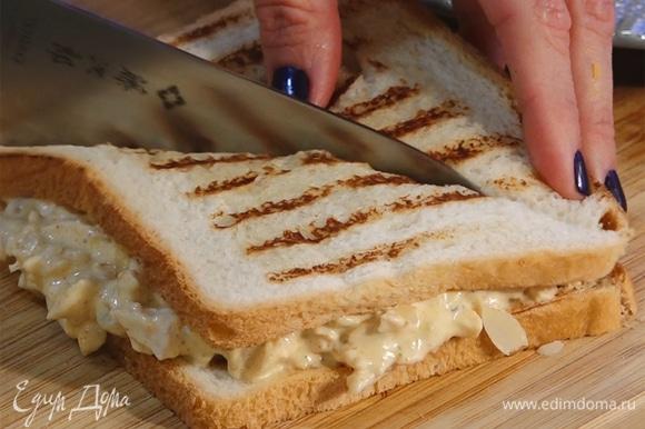 Накрыть вторым куском хлеба, разрезать пополам.