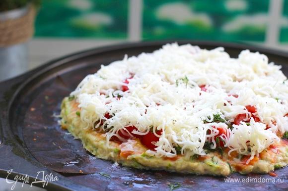 Поставить в разогретую до 230°C духовку на 15 минут. Достать из духовки, смазать выбранным соусом, разложить помидоры, маслины, зелень, посыпать натертым сыром.