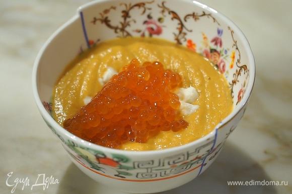 Украсить блюдо сливочным сыром и красной икрой.