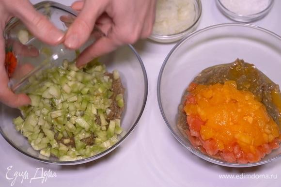 В одну мы добавим нарезанные помидоры, а в другую — огурцы.