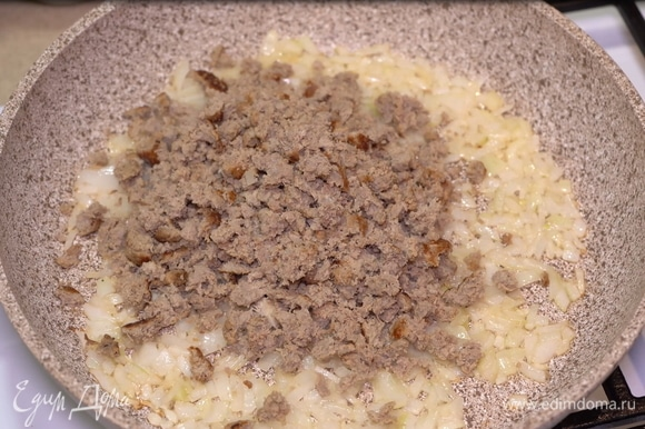 Добавляем фарш и тушим около 5 минут. Для начинки я использую обжаренный уже готовый смешанный фарш свинины и говядины. Это ускорит процесс приготовления блюда. Можете использовать обычный сырой фарш, блюдо в любом случае получается очень вкусным.