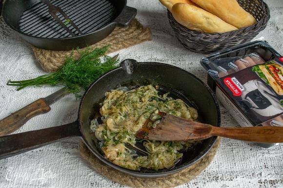 Репчатый лук режем тонкими полукольцами. Обжариваем лук в смеси сливочного и оливкового масла, солим, добавляем сахар и бальзамический уксус. Когда лук станет прозрачным, снимаем с огня, добавляем мелко нарезанный укроп.