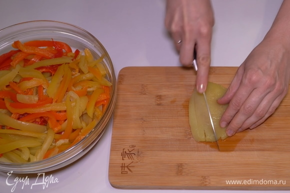 Нарезаю почищенные печеные перцы тонкими полосками.
