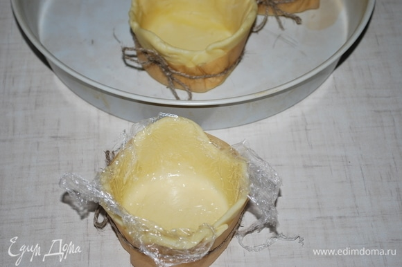 Разогрейте духовку до 180°C. Аккуратно достаньте наши заготовки, вывернув тесто, уберите пленку.