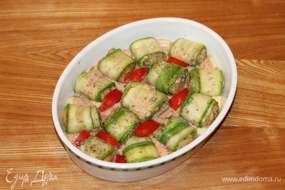 Заливаем кабачки соусом. Накрываем формочку фольгой и отправляем в разогретую духовку до приготовления блюда.