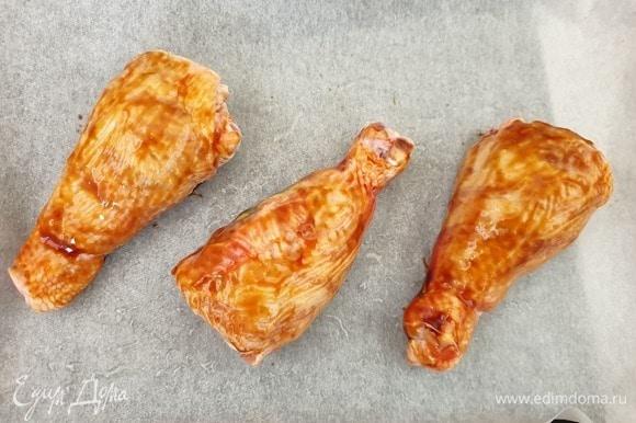 Голени смазываем соусом терияки со всех сторон. Противень ставим в духовку, разогретую до 180°C, на 25–30 минут.