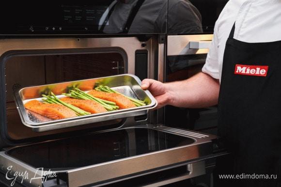 Приправьте лосося и спаржу солью и перцем, сбрызните лимонным соком и готовьте в пароварке с СВЧ Miele DGM 7840 в режиме «Приготовление на пару» при 100°С 5 минут.