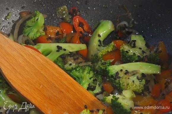 Имбирь натереть на мелкой терке в сковороду, туда же добавить кунжут и соевый соус. Все перемешать и обжарить.